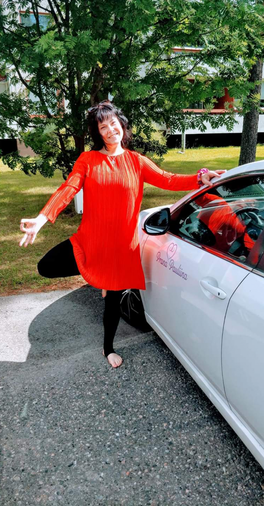 Prana Pauliinan yrittäjä, Pauliina Marjala puu-asanassa auton vieressä